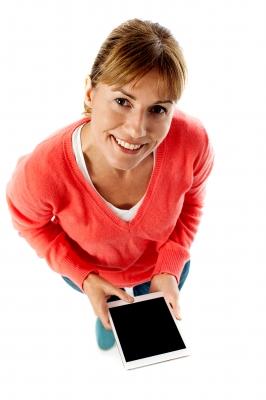 kobieta z tabletem wnioskująca o pożyczkę