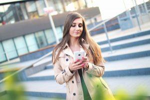 dziewczyna z tabletem szuka pożyczki
